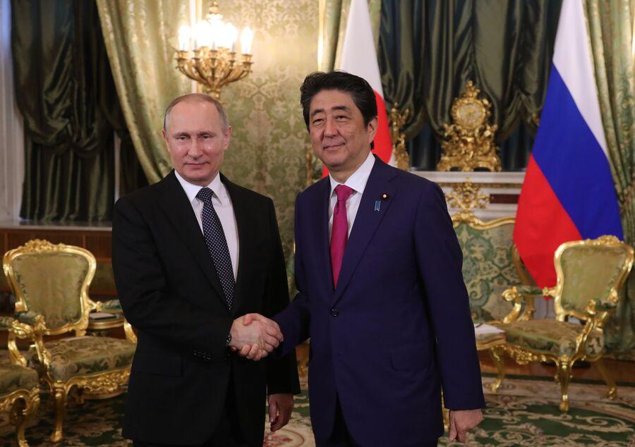 Президент РФ Владимир Путин и премьер-министр Японии Синдзо Абэ. 27 апреля 2017