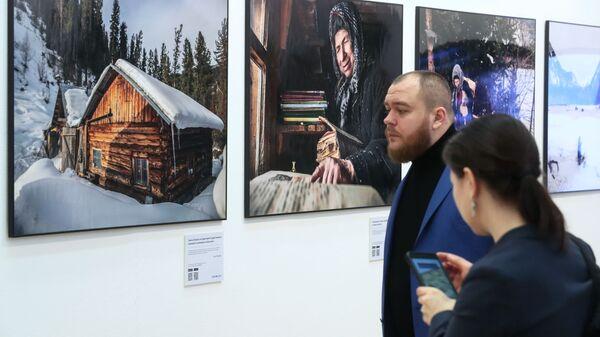 Посетители на общероссийском фестивале природы Первозданная Россия в Центральном доме художника в Москве