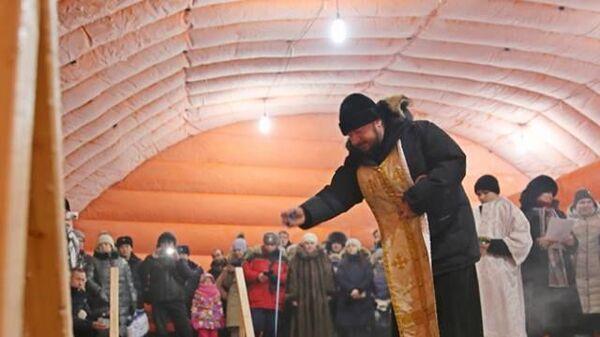 Протоиерей Владимир Севрюков освящает воду в озере Чуоналыр в Мирнинском районе республики Саха (Якутия)