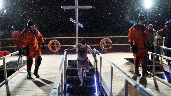 Работники Московской городской спасательной службы во время крещенских купаний верующих в Москве. 18 января 2019