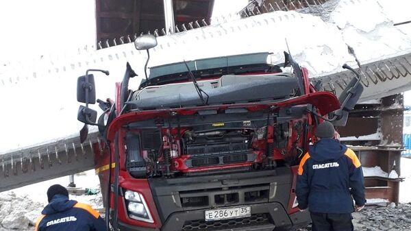 Последствия обрушения железобетонной балки строящегося моста под Вологдой. 20 января 2019