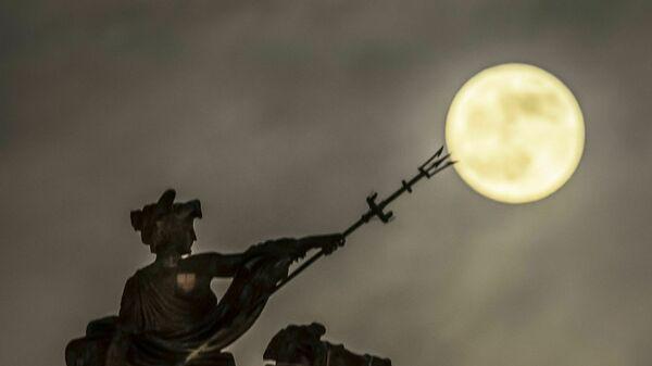 Лунное затмение в небе над Халлом, Англия