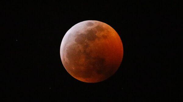 Луна в небе над Лос-Анджелесом