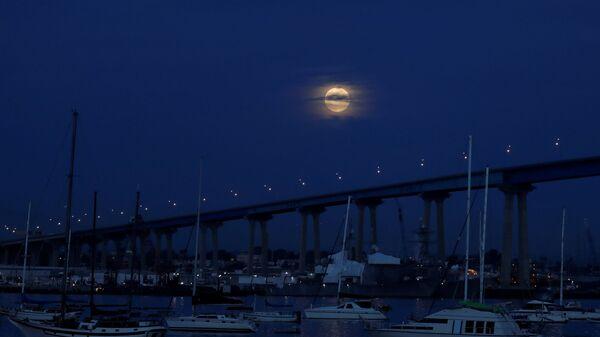 Лунное затмение в небе над Сан-Диего, США