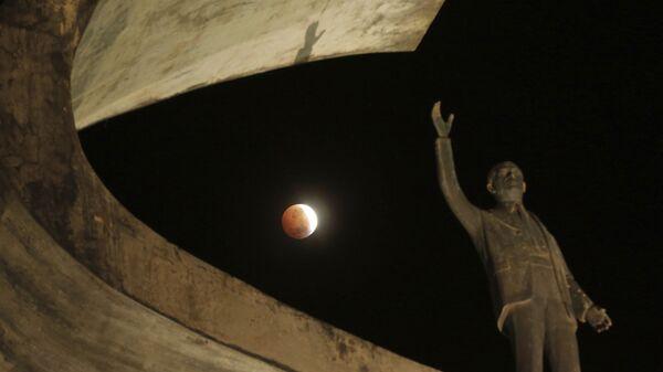 Лунное затмение в небе над Бразилией