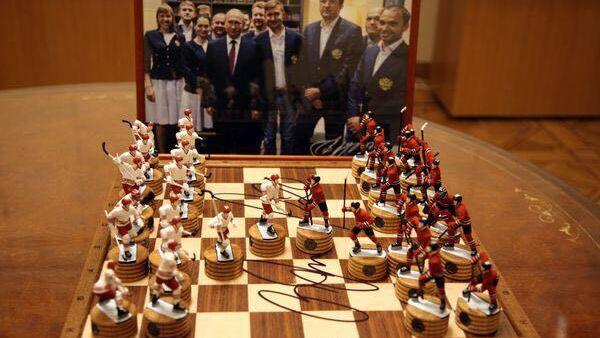 Фотография с автографом Владимира Путина  и шахматы от хоккеиста Владислав  Третьяка в  в Музее шахмат  Российской шахматной федерации