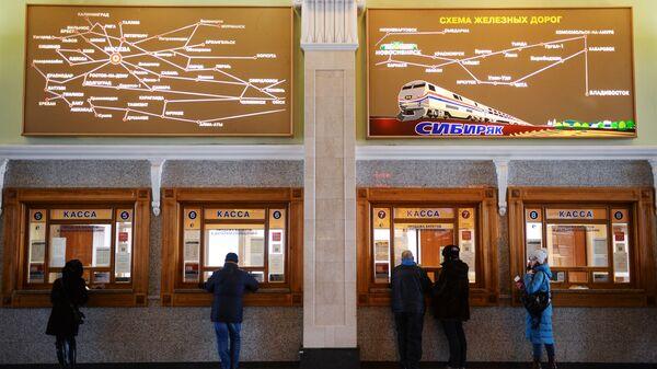 Пассажиры у билетных касс в здании вокзала на станции Новосибирск-Главный Западно-Сибирской железной дороги