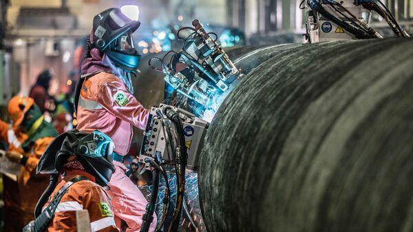 Сварка труб трубопровода Северный поток - 2 на борту судна Castoro Dieci (C10) в Грайфсвальдском заливе в Германии