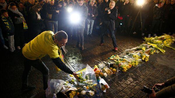 Болельщики Нанта возлагают цветы в честь пропавшего экс-футболиста клуба Эмилионо Салы