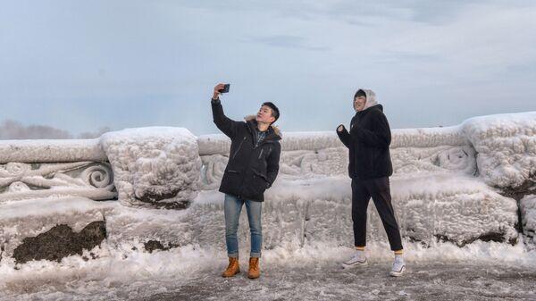 Туристы фотографируются возле Ниагарского водопада