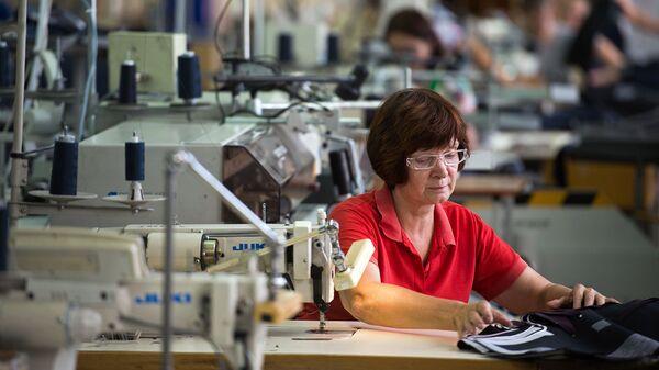 Сотрудница швейной фабрики за работой