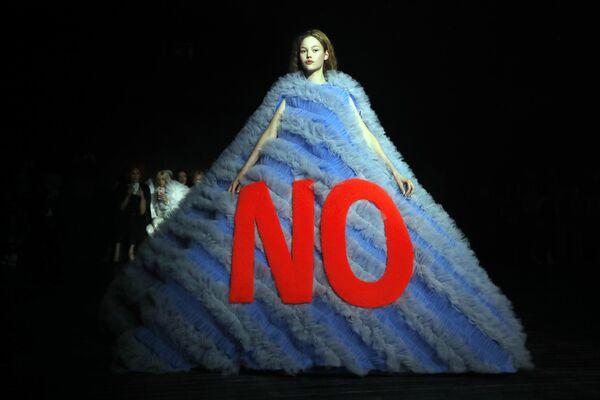 Показ коллекции Viktor and Rolf на Неделе моды Haute Couture в Париже