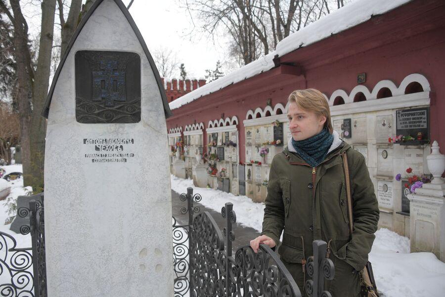 Даниил Киселев у могилы Антона Павловича Чехова