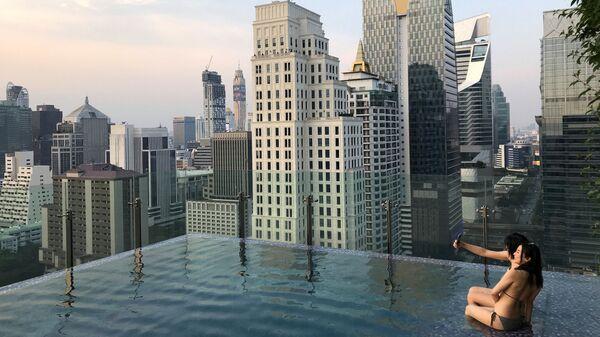 Туристы в бассейне в отеле Бангкока, Таиланд