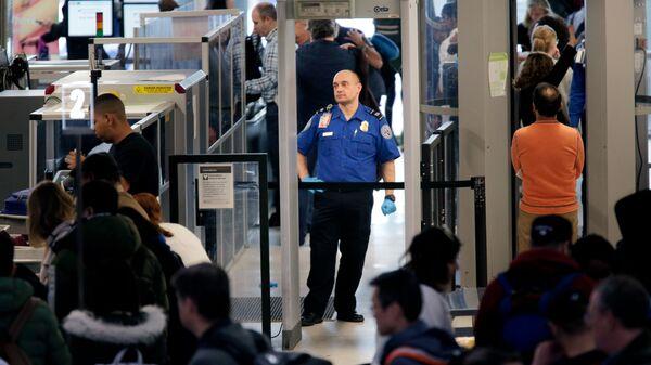 Агенты службы транспортной безопасности в международном аэропорту Ньюарк Либерти