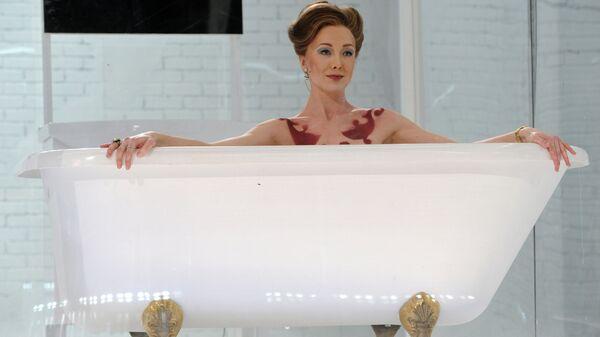 Актриса Дарья Мороз в сцене из спектакля Идеальный муж. Комедия в МХТ им. А. П. Чехова