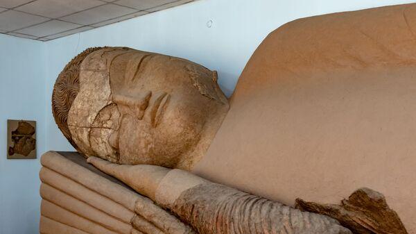 Статуя Будда в нирване в Национальном музее древностей Таджикистана