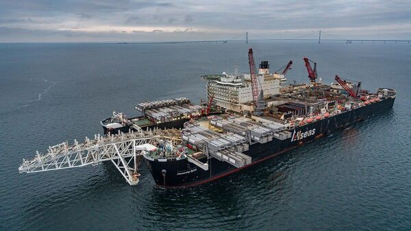 Судно-трубоукладчик Pioneering Spirit в Балтийском море