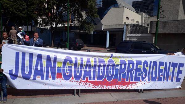 Сторонники Хуана Гуаидо во время митинга в Каракасе, Венесуэла. 26 января 2019