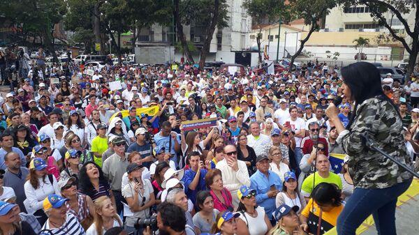 Сторонники Хуана Гуаидо во время митинга в Каракасе, Венесуэла