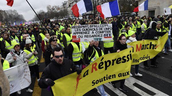 Участники протестной акции желтых жилетов в Париже. 26 января 2019