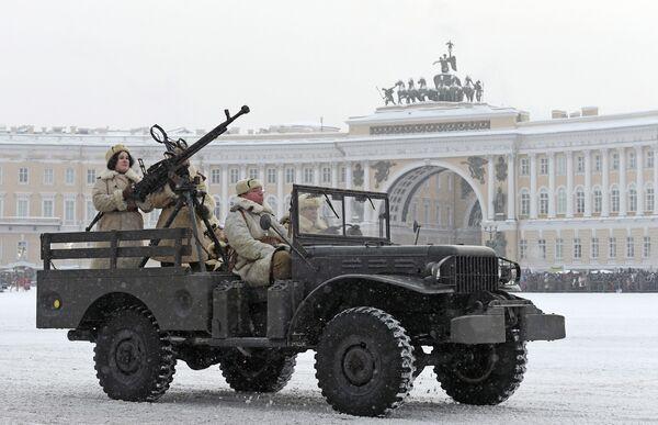 Военная техника времен Великой Отечественной войны на параде в честь 75-летия снятия блокады Ленинграда на Дворцовой площади в Санкт-Петербурге. 27 января 2019
