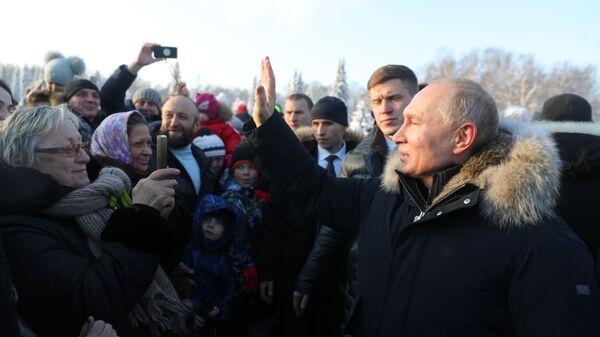 Владимир Путин общается с ленинградцами после церемонии возложения цветов на Пискарёвском мемориальном кладбище в память о погибших в годы блокады в день 75-летия полного освобождения Ленинграда от фашистской блокады в годы Великой Отечественной войны. 27 января 2019