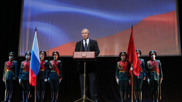 Владимир Путин выступает на торжественном спектакле-концерте Слушай, страна, говорит Ленинград. 27 января 2019
