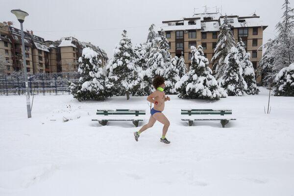 Участник забега в нижнем белье в Белграде, Сербия