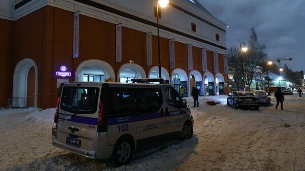Автомобиль полиции возле Инженерного корпуса Третьяковской галереи в Москве