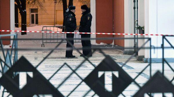 Сотрудники полиции у входа в Инженерный корпус Третьяковской галереи в Москве