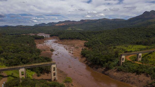Разрушенный железнодорожный мост в результате прорыва плотин на шахте корпорации Vale в штате Минас-Жерайс, Бразилия