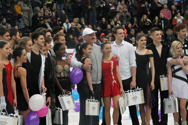 Президент Белоруссии Александр Лукашенко (в центре) с участниками чемпионата Европы по фигурному катанию