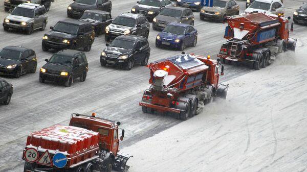 Колонна снегоуборочной техники ликвидирует последствия снегопада