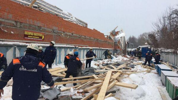 Сотрудники МЧС на месте частичного обрушения навеса и части стены строящегося здания в Брянске