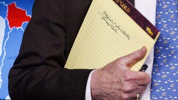 Помощник президента США по национальной безопасности Джон Болтон  с блокнотом вовремя пресс-конференции в Белом доме. 28 января 2019