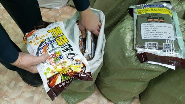 При досмотре пассажирского вагона сотрудники Уссурийской таможни обнаружили более 660 кг лапши производства КНДР