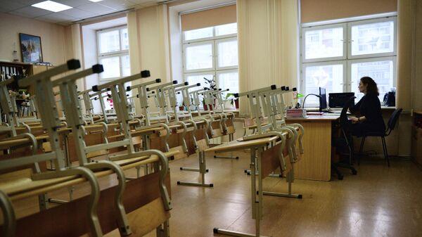 Преподаватель в пустом учебном классе школы №76 в Екатеринбурге