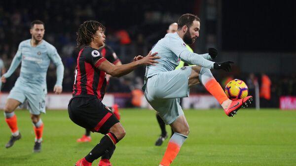 Нападающий Челси Гонсало Игуаин (справа) в матче чемпионата Англии против Борнмута