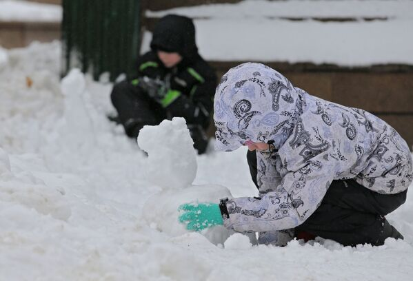 Юные жители Москвы лепят фигурки из снега
