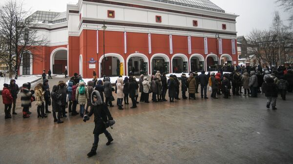 Посетители в очереди на выставку творчества Архипа Куинджи в Третьяковской галерее в Москве