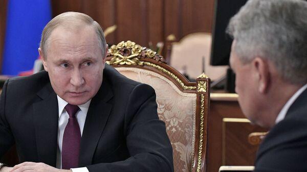 Владимир Путин во время встречи с министром иностранных дел РФ Сергеем Лавровым и министром обороны РФ Сергеем Шойгу. 2 февраля 2019
