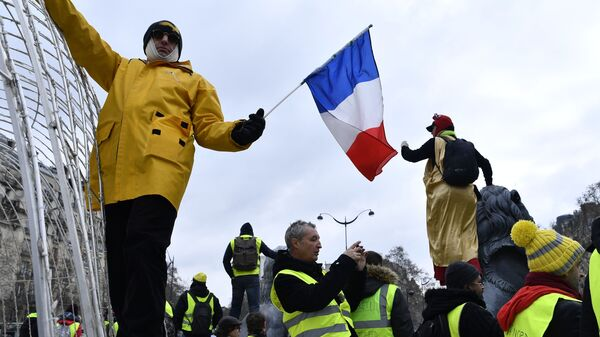 Участники акции протеста жёлтых жилетов в Париже. 2 февраля 2019
