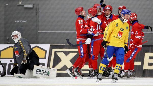 Игроки сборной России радуются забитому голу в матче финала чемпионата мира по хоккею с мячом против сборной Швеции. 2 февраля 2019