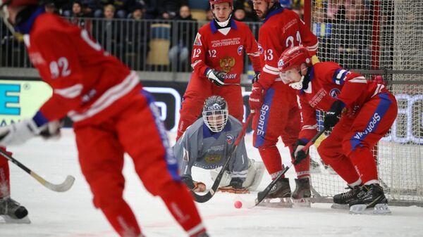 Игроки сборной России во время матча финала чемпионата мира по хоккею с мячом против сборной Швеции. 2 февраля 2019