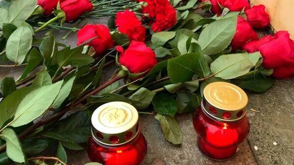 Цветы и свечи возле районного Дворца культуры города Ярцево Смоленской области