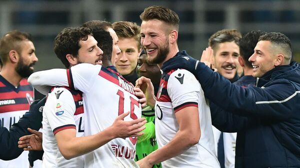 Футболисты Болоньи радуются победе над Интером