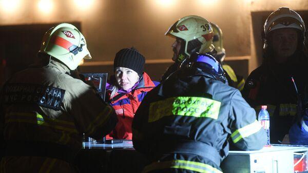 Работа оперативного штаба МЧС РФ у здания на Никитском бульваре в центре Москвы, где произошел пожар.