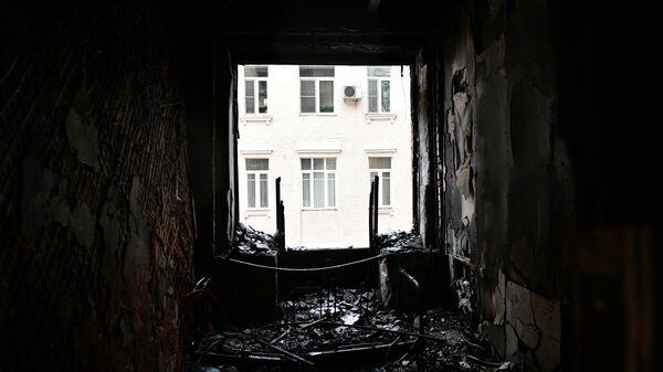 Окно в жилом доме на Никитском бульваре в Москве, где произошел пожар
