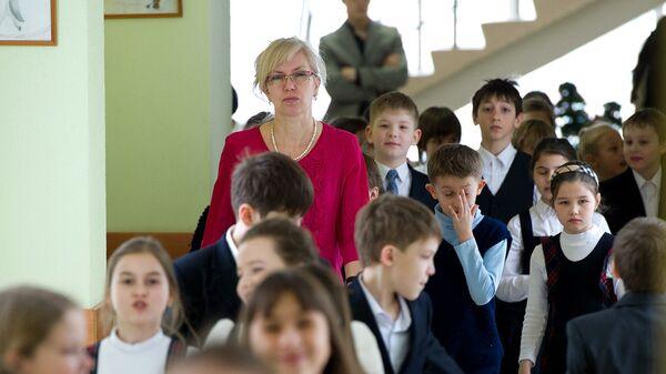 Ученики идут по коридору школы